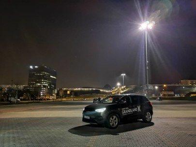 Opel Grandland X światła, reflektory AFL, nocą