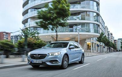 Opel Insignia numer 1 111 111 przekazany klientowi